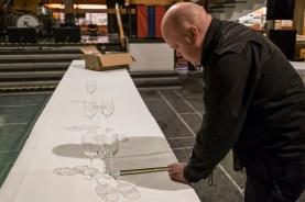 Johan Stålnacke mäter ut måtten för dukningen . Foto Daryoush Tahmasebi © Norrbottens museum.