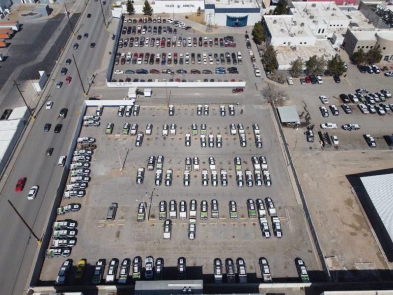 Las patrullas en el estacionamiento de la estación Babícora. La suspensión en el servicio de gas natural, por la helada en Texas, provocó que estén sin uso desde el fin de semana