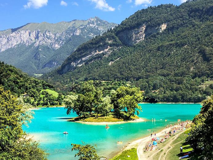 красивое озеро Тенно в Италии