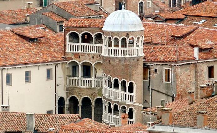 Ажурная винтовая лестница Контарини дель Боволо (Scala Contarini del Bovolo) Часы работы: Вс - Сб, 10:00 - 18:00 Адрес: San Marco, 4303, 30124 Венеция, Италия Входной билет: 8 евро