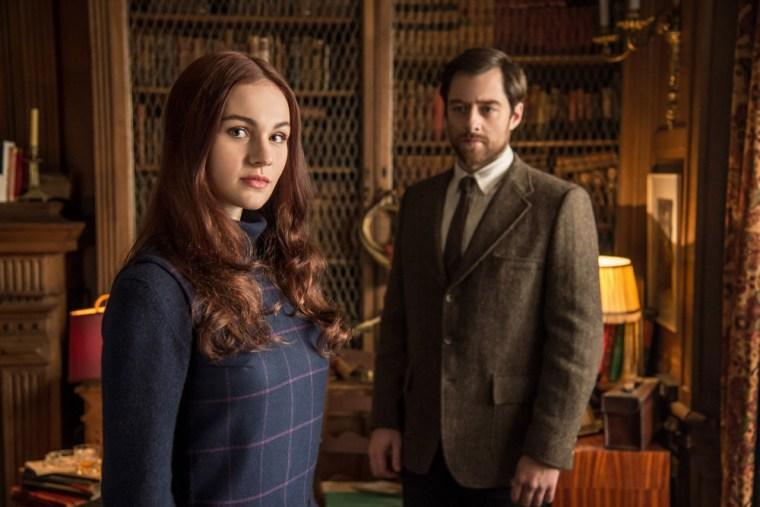 Brianna Fraser Mackenzie (Sophie Skelton) & Roger Wakefield (Richard Rankin) (Outlander, Starz)