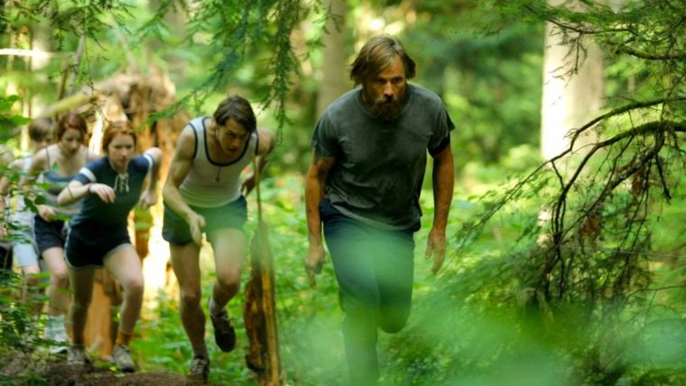 Ben (Mortensen), with his kids on their physical training (Captain Fantastic, Entertainment One)