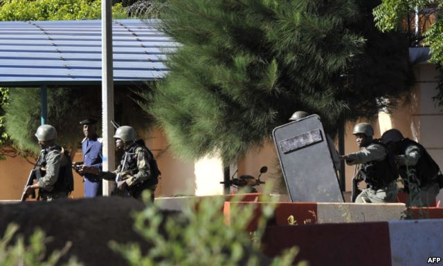 Malian troops take position outside the Radisson Blu hotel in Bamako on November 20, 2015. Gunmen attacked the luxury hotel in Mali's capital Bamako, seizing 170 guests and staff in an ongoing hostage situation that has left at least three people dead.