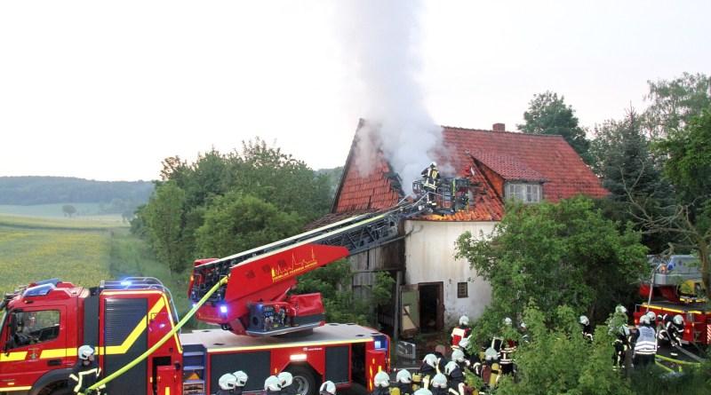 Feuerwehr löscht brennendes Haus in Edesheim