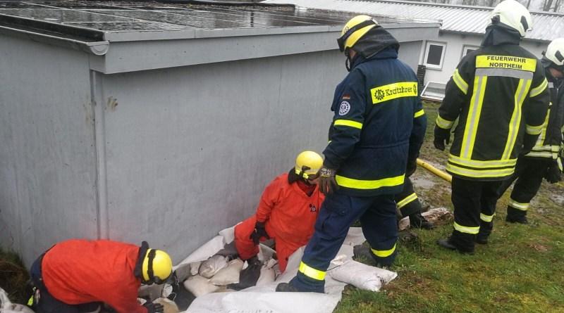 Feuerwehr und THW sichern Damm am Stadion