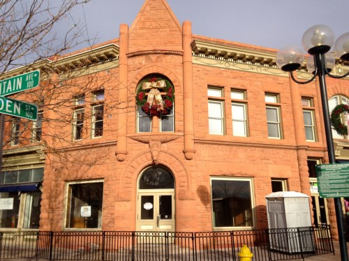 The Avery Block is made up of three joined buildings. The first to be built was located at the corner of Mountain and Linden Streets and housed the First National Bank. It features Romanesque columns.