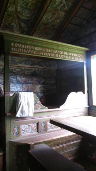 Tempat tidur kuno di rumah utama