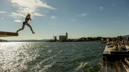 People enjoying the sun, summer and swimming in Sørenga in Oslo on Thursday.