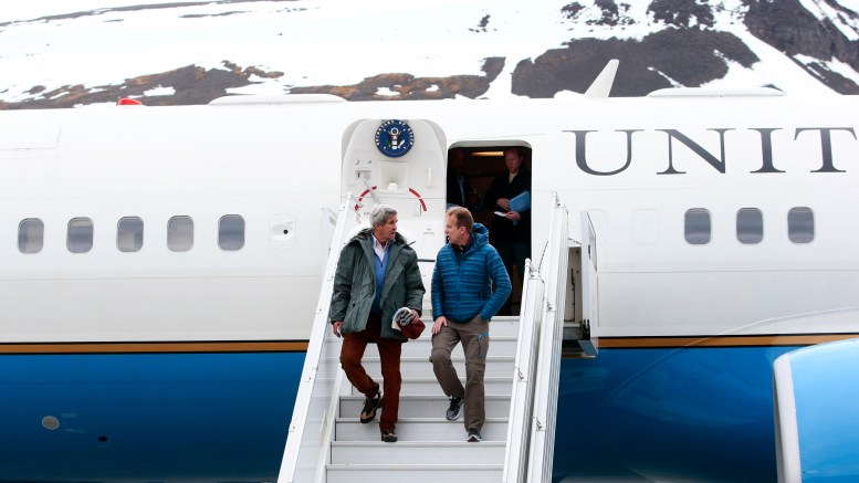 US Secretary of State John Kerry (L) and Foreign Minister Børge Brende at Longyearbyen airport.