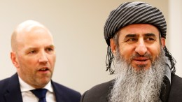 Mullah Krekar (right) and his lawyer Brynjar Meling