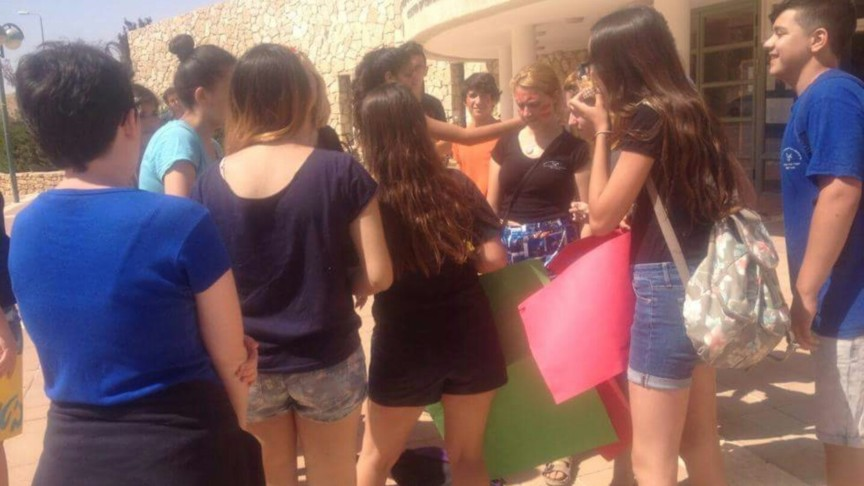 Israeli girls protest in shorts at a school. Photo  Facebook / mafsikot