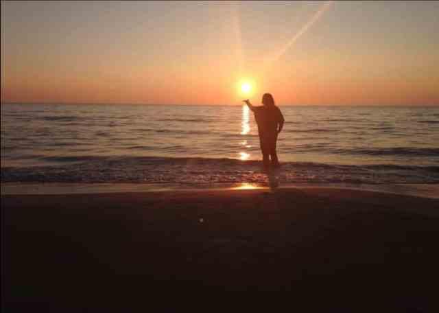 Veronica fanger solen, solnedgang på stranden