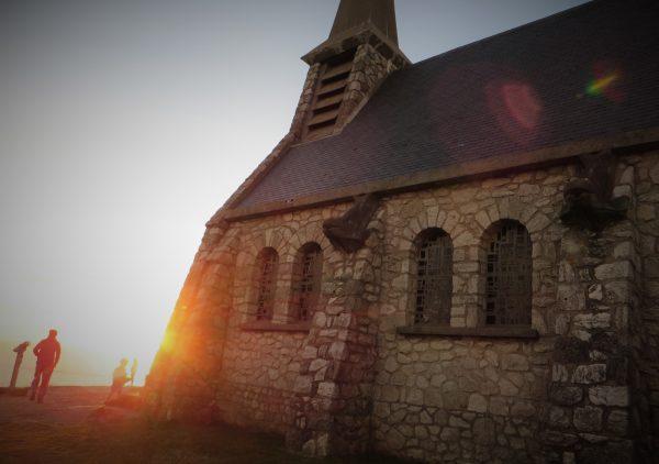 Anochece junto a la ermita de Etretat, perfecto punto de observación de su famoso arco (Francia, 2016)
