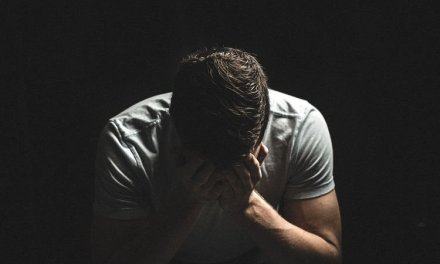 Jovem passa vinte dias em total confinamento num quarto escuro