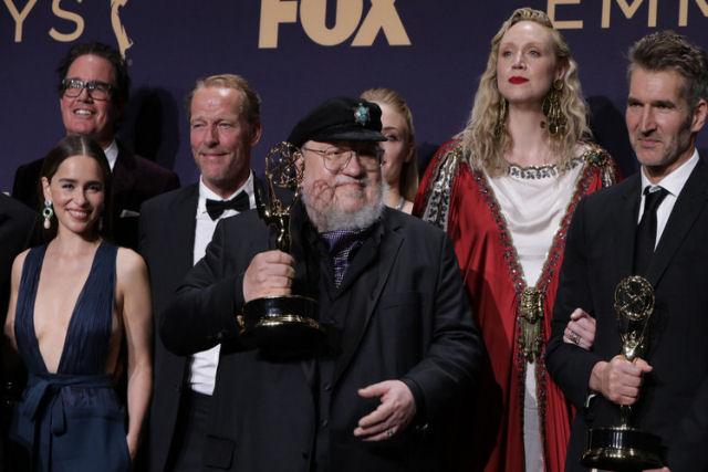 Game of Thrones | Fãs siberianos dão a George Martin uma estatueta do Guardião da Noite