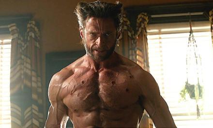 Hugh Jackman encarna Wolverine novamente para tirar foto com fã