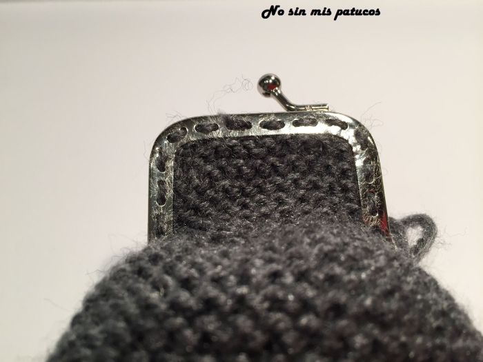Monedero tejido con dos agujas.