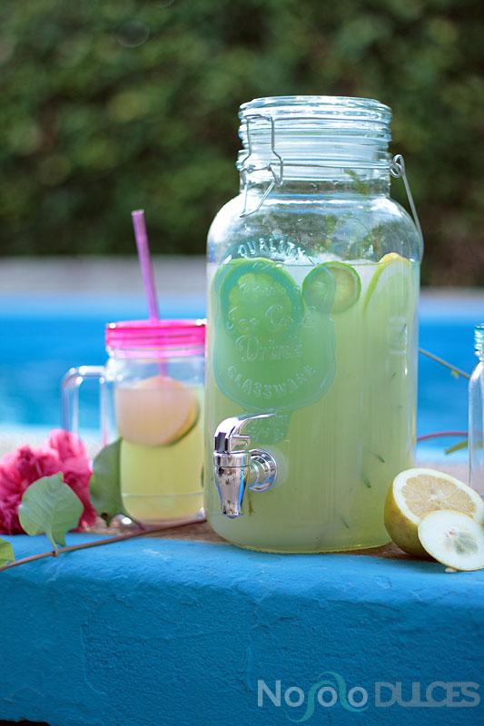 Limonada de romero y t matcha en jarra para verano