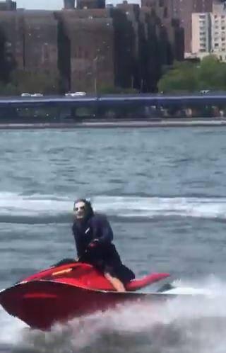 Hombre disfrazado de Joker pasea en moto acuática en Nueva York 1