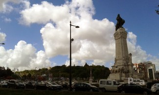 Nas Costas do eterno e sempre atento Marquês de Pombal a 84ª Feira do Livro de Lisboa, no Parque Eduardo VII