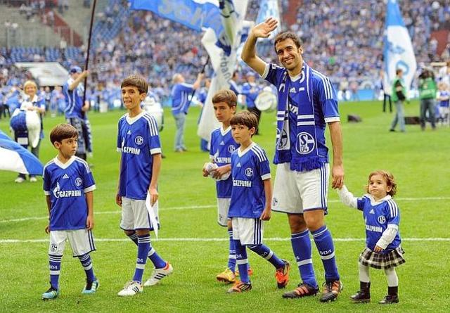 Schalke's Spanish striker Raul who is leaving the club and his children thank the fans after the German first division Bundesliga football match FC Schalke 04 vs Hertha BSC Berlin in Gelsenkirchen, western Germany, on April 28, 2012. Schalke won the match 4-0. AFP PHOTO / PATRIK STOLLARZ RESTRICTIONS / EMBARGO - DFL LIMITS THE USE OF IMAGES ON THE INTERNET TO 15 PICTURES (NO VIDEO-LIKE SEQUENCES) DURING THE MATCH AND PROHIBITS MOBILE (MMS) USE DURING AND FOR FURTHER TWO HOURS AFTER THE MATCH. FOR MORE INFORMATION CONTACT DFL. TELETIPOS_CORREO:SPO,SPO,%%%,%%%