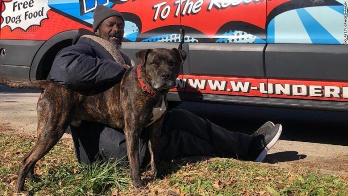 Morador de rua com cachorro