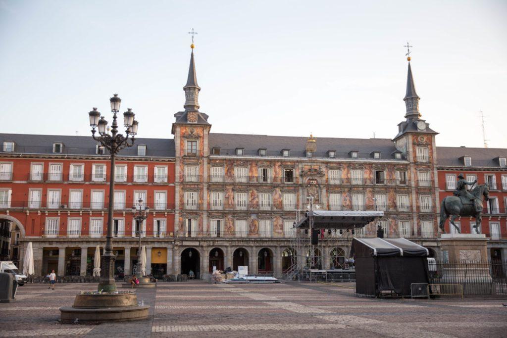 plaza mayor madrid com criança