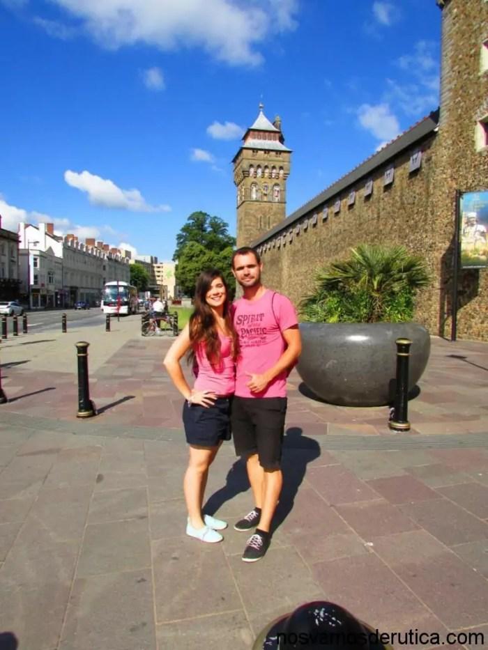 Fotaca con el castillo de Cardiff detrás