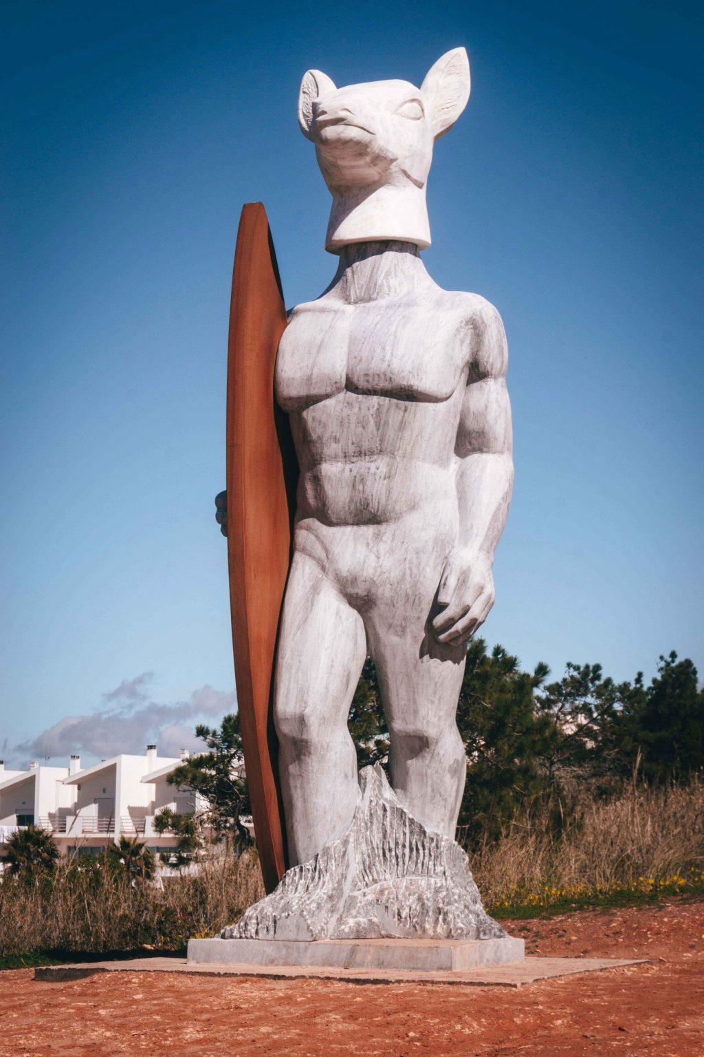 Estatua en honor al surf