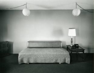 Lynne_Cohen_The_Big_Apple_room__The_Crossroads_Motel_3536_418