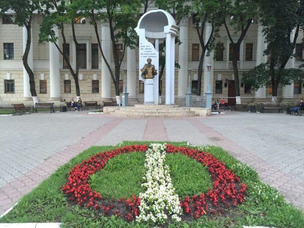 Pomnik Puszkina na tle Teatru Państwowego