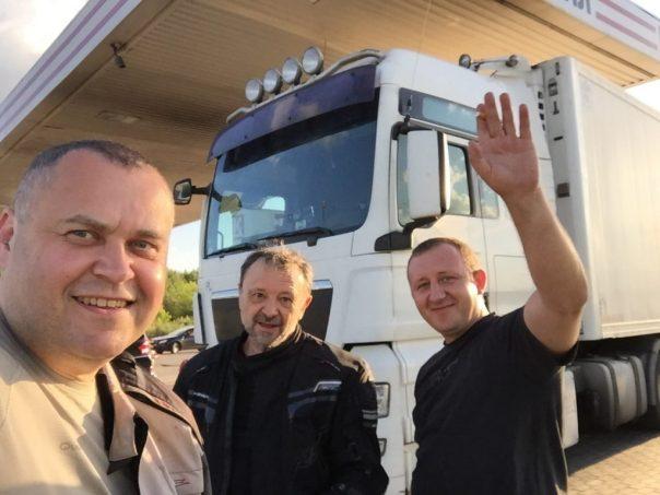 Polak kierowca TIRa spotkany na stacji. Pozdrawiamy i dzięki za pogawędkę. Szerokiej drogi do Kazachstanu z ładunkiem Coca-coli.