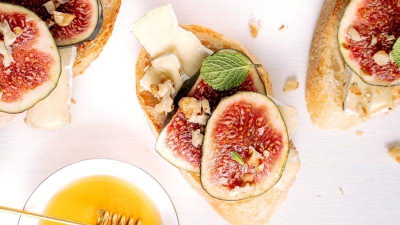 Toast revisité : chèvre, miel, figues et noix
