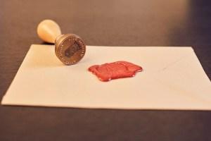 Briefumschlag mit Wachssiegel und Stempel