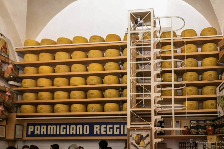 Parmigiano Reggiano. Salumeria Simoni. Bolonia. Italia.
