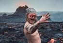 Un guía turístico se desnuda junto a un volcán en erupción en Islandia