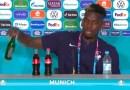 Paul Pogba sigue el ejemplo de Cristiano Ronaldo al retirar una bebida durante una rueda de prensa