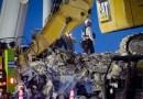 Los equipos de rescate resisten el viento, los rayos y el calor en turnos de 12 horas para buscar a las víctimas del derrumbe del edificio de Miami