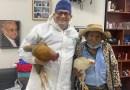 Hombre de 80 años paga una cirugía con dos gallinas: «Se me cayeron las lágrimas. Hace años no veía algo así», dice el médico