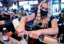 Si no estás vacunado contra el covid-19, no deberías ir a un bar o restaurante, dice un experto