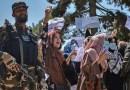 Mujeres afganas recurren a las redes sociales con el atuendo tradicional días después de la manifestación pro talibán