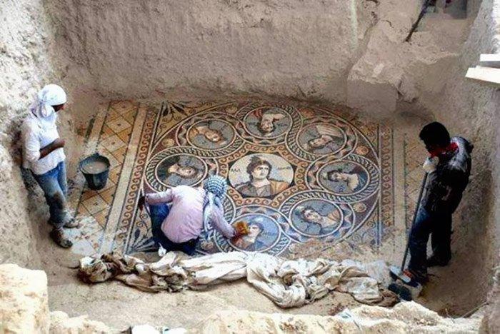 Incrível mosaico de 2.200 anos é encontrado na Grécia Antiga