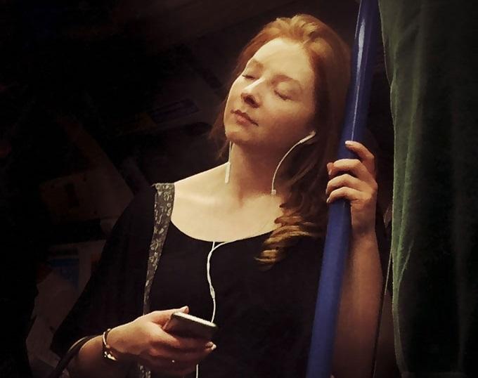 Artista retrata pessoas no metrô como se fossem pinturas do século XVI