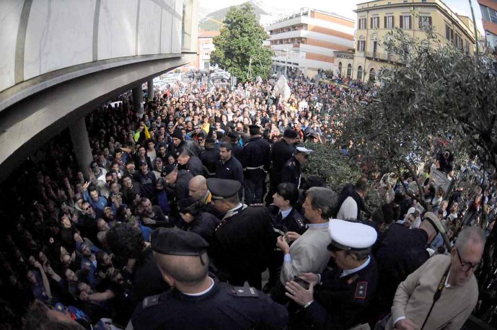 Carrara in migliaia occupano il Comune per lalluvione  NO TAV Brescia