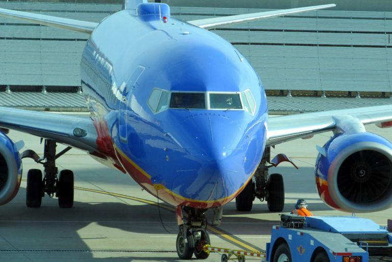 Avión comercial en tierra