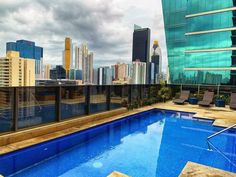 Piscina hotel Global Panama. Ciudad de Panamá