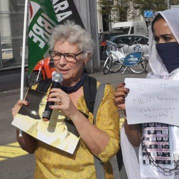 Claude Mangin y mujeres saharauis en Berlín en apoyo a los presos políticos saharauis en las cárceles marroquíes