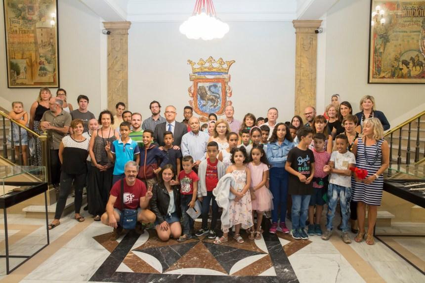 El Ayuntamiento de Pamplona recibe a una veintena de niños saharauis que pasan el verano en Navarra