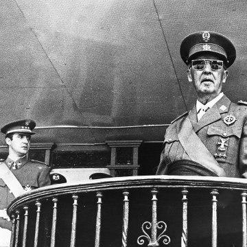 La España de 1975, con el Borbón de príncipe de España y rey sucesor de Franco, abandonó a los saharauis en medio de la nada