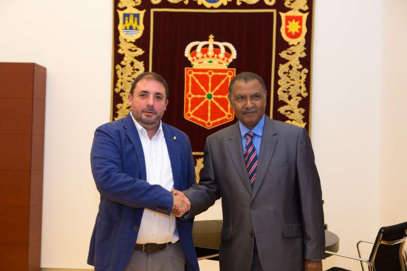 El Presidente del Parlamento recibe al nuevo representante del Frente Polisario para Navarra –